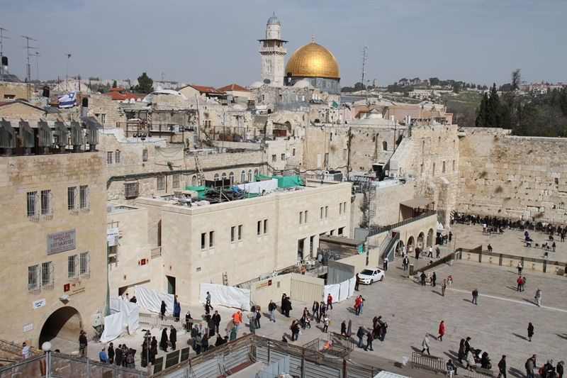 الاحتلال  يحفر بساحة البراق  ويدمّر آثارا إسلامية وعربية