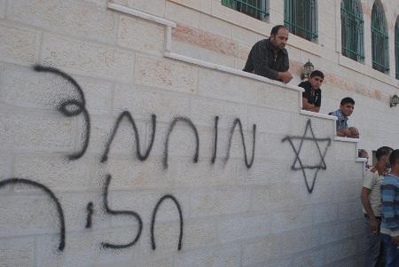 """بيت لحم: عصابات """"دمغة الثمن"""" تعتدي على مسجد قرية الجبعة"""
