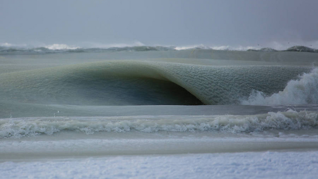 في صور: تجمد الأمواج في نيويورك جراء موجة الصقيع