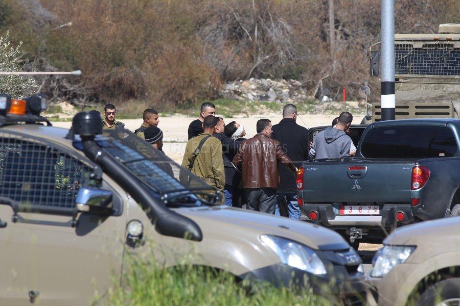 قوات الاحتلال تعتدي على عناصر من الشرطة الفلسطينية وتحتجزهم