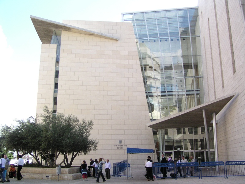 السجن لعام وتغريم ممرض عربي أدين بالاعتداء على مسنة