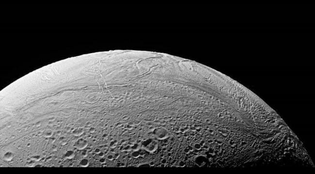 اكتشاف نشاط مائي حراري على سطح أحد أقمار زحل