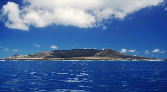 جزيرة جديدة ترتفع فوق مياه المحيط بعد ثوران بركان