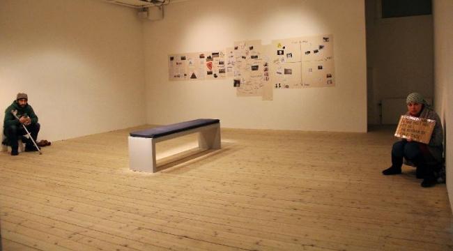 السويد: متسولون في عمل فنّي معاضر وإثارة الأسئلة في المجتمع