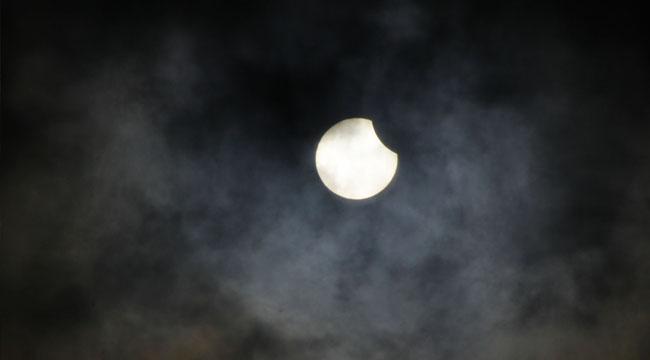 كسوف جزئي للشمس في سماء البلاد والمنطقة (صور)