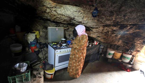 فلسطينيون يسكنون الكهوف ويواجهون الاستيطان