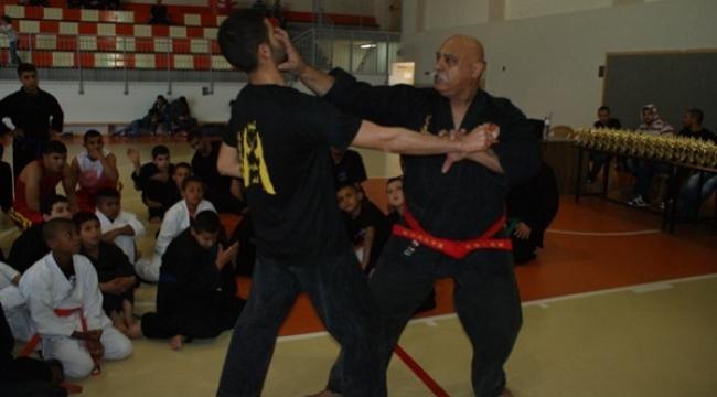 الكيمبو رياضة تجميع بين فنون القتال التقليدية والحديثة