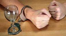 علماء يكشفون سبب الإفراط في تناول الكحول