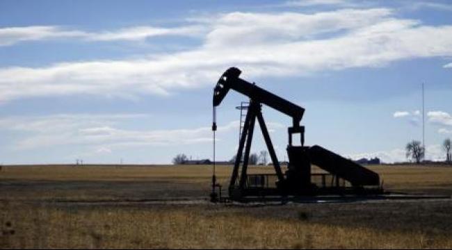 ارتفاع أسعار النفط مع انحسار المخزون الأميركي وهبوط الدولار