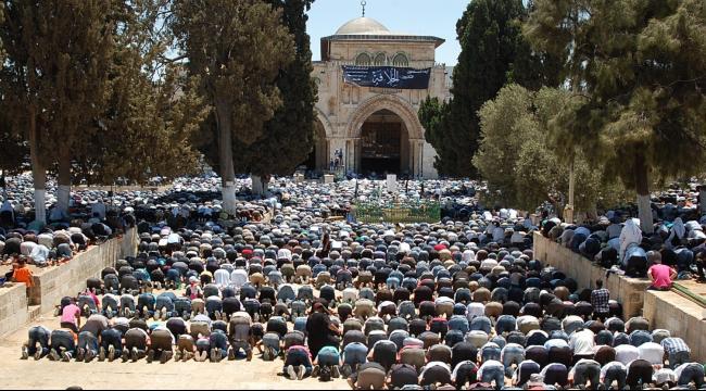 القدس: فلسطينيون من غزة يؤدون صلاة الجمعة في الأقصى