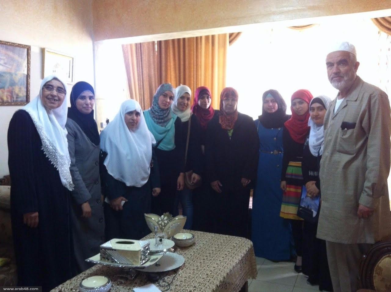 لجنة الحريات تواصل زياراتها لعائلات الأسرى