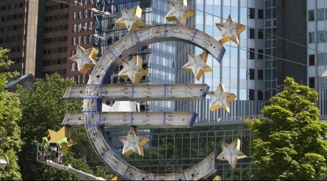 انصراف الأنظار لقمة بشأن اليونان مع تراجع اليورو