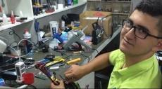 كفركنا: طالب يبدع بصنع طائرة مع جهاز تحكم