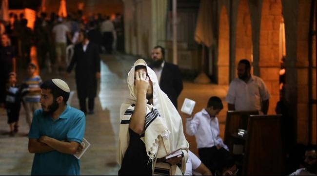 الاحتلال يفرض قيودا على المقدسيين وسط دعوات لاقتحام الأقصى