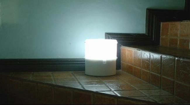 عملية توضح إمكانية إضاءة المصباح بالماء والملح فقط