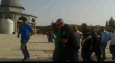 فيديو: مستوطن يحاول رفع العلم الإسرائيلي بصحن الصخرة