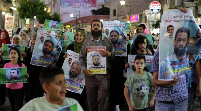 رام الله: الاعتداء على خضر عدنان أثناء تظاهرة لنصرة الأسرى
