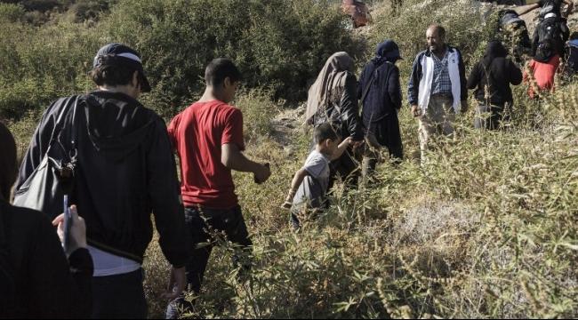 آلاف اللاجئين السوريين والفلسطينيين يعبرون الحدود المقدونية اليونانية