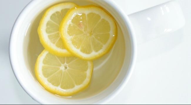 مشروب الماء الساخن بالليمون.. صحي أم ضار؟