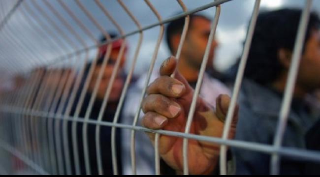 """""""ستائر العتمة"""" يجسّد صمود الحركة الأسيرة في سجون الاحتلال"""