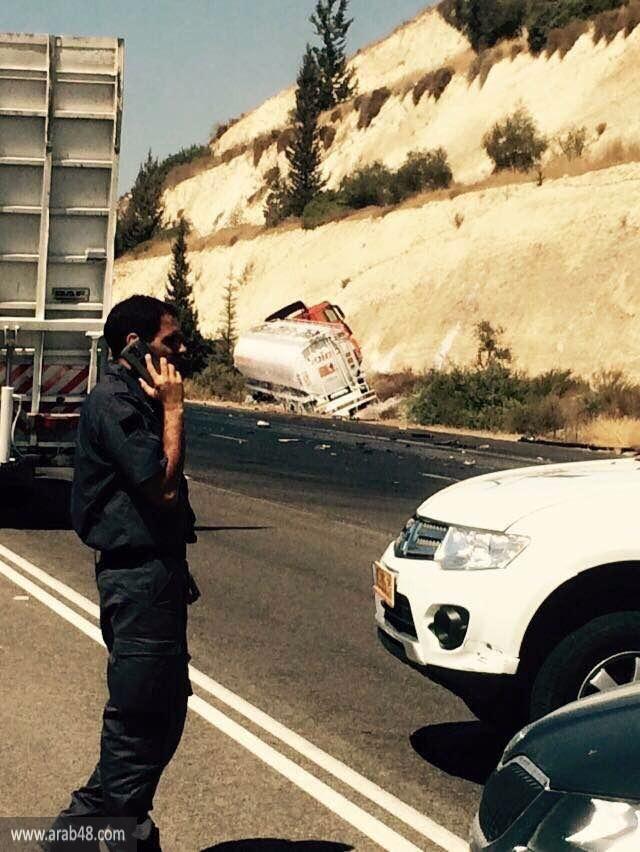 إصابة خطيرة لسائق بانقلاب شاحنته