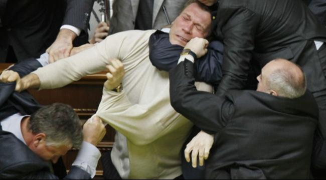 حواليّ 12 مصابًا بانفجار أمام برلمان كييف