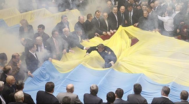 إصابة 90 عنصرًا من قوات الأمن بانفجار أمام البرلمان في كييف