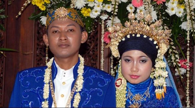 من يضبط خلوة بعد التاسعة يجبر على الزواج بإندونيسيا