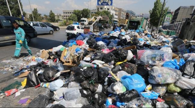"""""""طلعت ريحتكم"""": محتجون يحتلون مبنى وزارة البيئة في بيروت"""