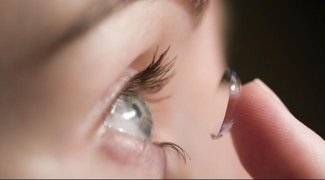 هل تنقل العدسات اللاصقة الأمراض إلى العين؟