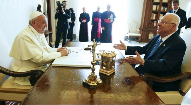 خلال لقائه ريفلين: البابا يدعو إسرائيل لحل أزمة المدارس الأهلية