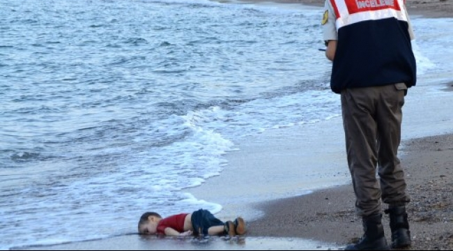 دفن الطفل السوري الغريق وشقيقه ووالدتهما في كوباني