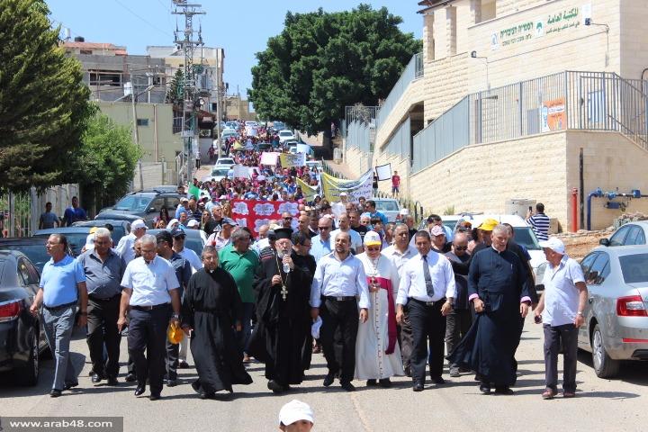 الرامة: مئات المتظاهرين يتضامنون مع المدارس الأهلية