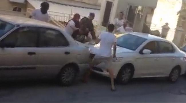بالفيديو: شاب فلسطيني أوقفه الجنود وهاجمه المستوطنون