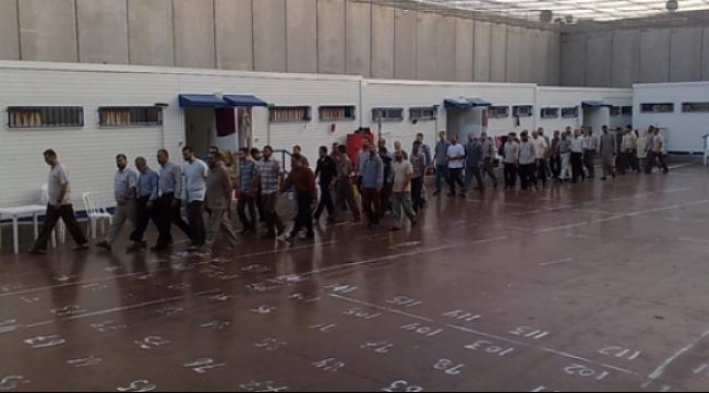 محاكم الاحتلال تمدّد الأحد اعتقال 44 أسيرًا