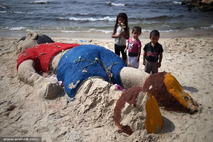 (بالصور) مشهد تضامني مع الطفل السوري الغريق