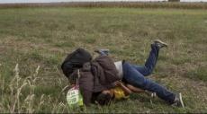 طرد مصورة مجرية قامت بركل مهاجرين وإيقاعهم أرضًا