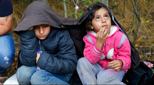 آلاف اللاجئين عالقون تحت المطر على الحدود المقدونية