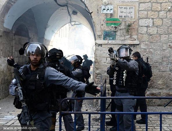 قوات الاحتلال تحطم الأبواب التاريخية للمسجد الأقصى