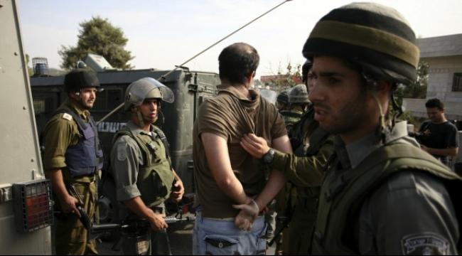 الاحتلال يعتقل 25 فلسطينيًا  في الضفة الغربية والقدس