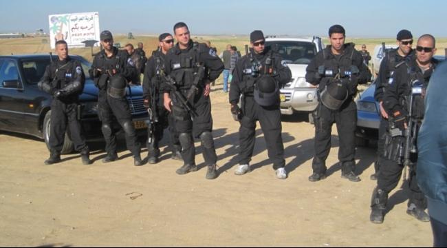 النقب: اعتقال 15 شابا بتهمة رشق الشرطة بالحجارة