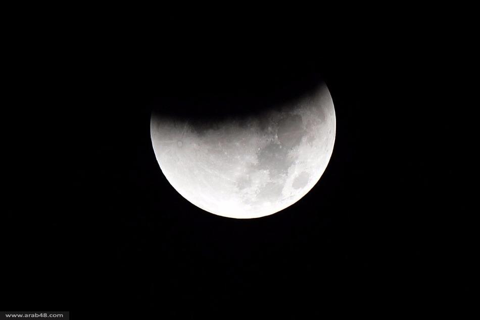"""خسوف القمر و""""القمر الدموي"""" في ظاهرة فلكية نادرة"""