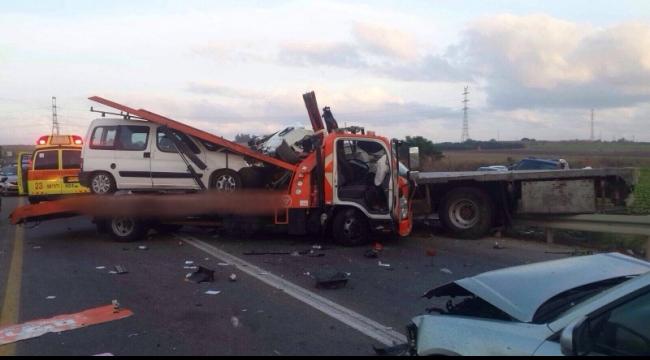 مصرع شخص بحادث بين شاحنتين في جنوب البلاد