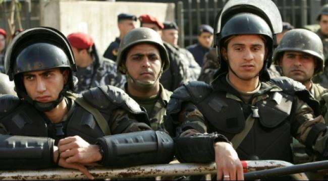 بيروت: العشرات يحتجون بوزارة الطاقة على فساد قطاع الكهرباء