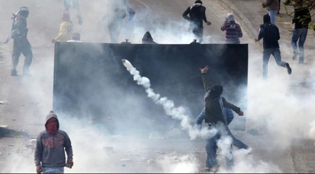 بيت أمر: مواجهات إثر إغلاق الاحتلال طريق القدس - الخليل