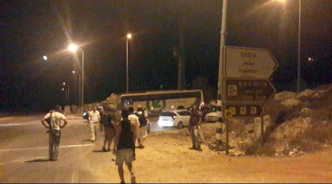 مستوطنون يعتدون على فلسطينيين ويحرقون أشجار زيتون