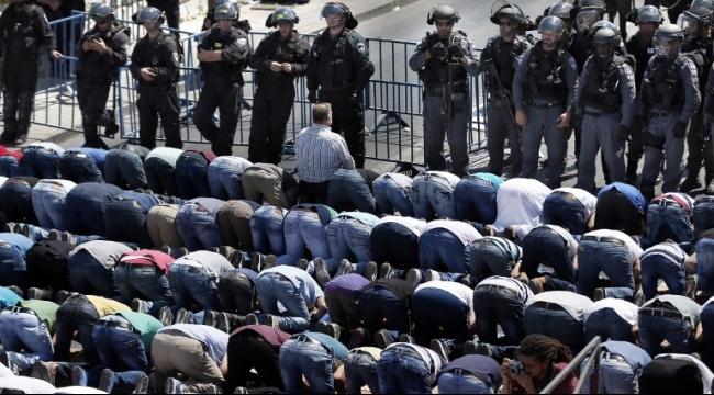 الفلسطينيون يؤدون صلاة الجمعة بالشوارع قرب الأقصى