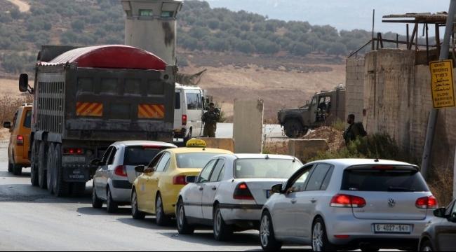 المستوطنون يصعدون اعتداءاتهم: إصابة فلسطيني برصاص حي ورشق سيارات