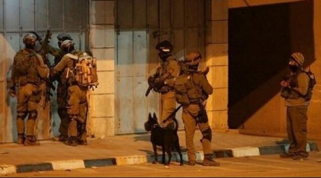 الاحتلال يصيب شابين ويحرق منزلا في مخيم جنين