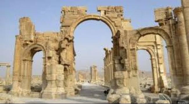 """تدمر: عناصر """"داعش"""" يفجرون قوس النصر الأثري"""